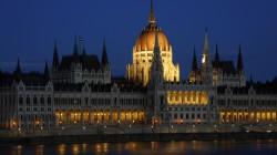 Abendstimmung in Budapest mit dem ungarischen Parlamentsbau am anderen Donauufer.
