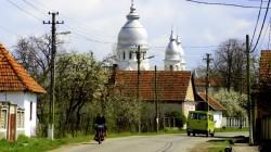 Rumänisches Dorf in Transsilvanien auf einer der Nebenstraßen der E60 in der Nähe von Tetchea.