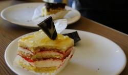 Kuchen zu Christians Geburtstag in einem Café in Piatra-Neamt