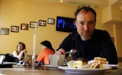 Christian Rottenegger feiert seinen 40. Geburtstag in einem Café in Piatra-Neamt nach 60km Karpatenüberquerung.