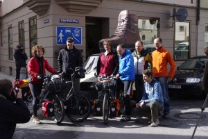 Annette Kniffler, Christian Rottenegger und das Bergteam der Ultratour 2 beim Start der Ultratour 2 in Augsburg