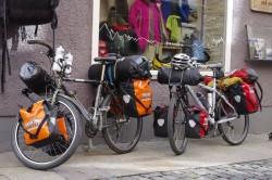 Die beiden mit Gepäck über 60kg schweren Fahrräder vor dem Start der Ultratour vor der Bergsporthütte Augsburg