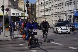 Die Ultratour-Fahrer Annette Kniffler und Christian Rottenegger beim Überqueren des Max-Weber-Platzes in München in Begleitung von Freunden.