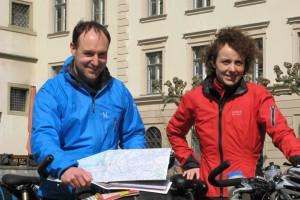 Start der Ultratour - Christian Rottenegger und Annette Kniffler vor dem Augsburger Rathaus