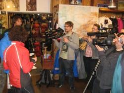 Die Ultratour-Mannschaft vor versammelter Presse - aufgenommen in der Bergsporthütte Augsburg