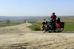 Schotterpisten in Moldawien. Annette Kniffler an einer der vielen unbeschilderten Straßenkreuzungen