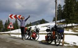 Annette Kniffler auf einer Passhöhe in den rumänischen Karpaten mit Neuschnee.