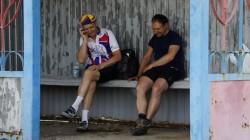Ivan und Christian unterhalten sich mithilfe von Übersetzerin Tatjana am Telefon