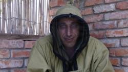 Die Einheimischen sind gerüstet für die Mückenplage: Während wir wegen der Hitze kurze Radhosen tragen, haben sie Jacken mit integriertem Mückennetz, das auch ihr Gesicht vor Stichen schützt.
