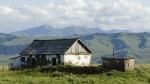 Einsames Bauernhaus in einem Hochtal des Tian Shan