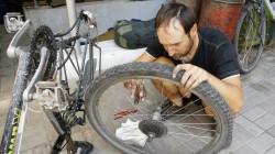 Zweite Radinspektion: Christian wechselt in Almaty die Ketten