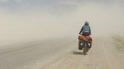 100 km vor Bishkek: Der starke Wind wirbelt feinsten Staub auf