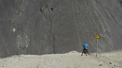 Schutt und Staub soweit das Auge reicht - kurze Pause auf dem Weg zum Aksai-Chin-Plateau