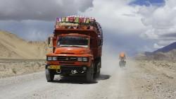 Einer der wenigen LKW auf den Pisten Tibets
