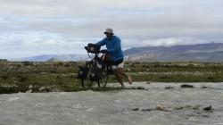 Kalte Füße: Wenige Kilometer vor dem Fahrerlager geht es durch eiskalte Abflüsse der Shisha-Pangma-Gletscher