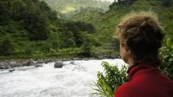 Üppig grüne Wälder und gewaltige Wassermassen wenige Kilometer hinter der chinesischen Grenze
