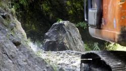 Bei einem starken Monsunregenguss sind riesige Felsbrocken auf die Straße gestürzt.