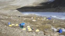 Das Basislager liegt auf etwa 5600 m Höhe direkt oberhalb eines Gletschersees