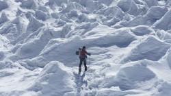 Annette unterwegs durch das Büßereis des Shisha-Pangma-Gletschers.