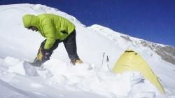 Christian befreit das kleine Hochlagerzelt vom hartgepressten Schnee.