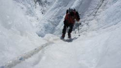 Annette bei der Durchquerung des Shisha-Pangma-Gletscherbruchs.