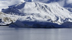 Der Shisha-Pangma-Gletscher kalbt in den See direkt unterhalb des Basislagers.