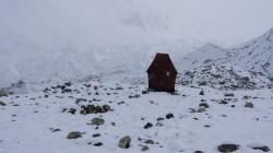 In den ersten Tagen herrscht schlechtes Wetter - der Neuschnee bleibt sogar im Basislager liegen.