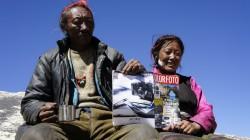 Die beiden Tibeter, die im Basislager Cola und Bier verkaufen, interessieren sich sehr für die mittlerweile alte ColorFoto.